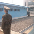 j. 会議場の外を警備する北朝鮮兵士と韓国兵士
