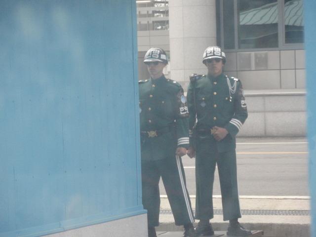 k. 会議室の外で体半分を出して警備する韓国兵士