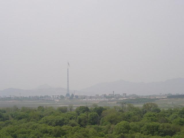 l. 北朝鮮の国旗掲揚台と宣伝村
