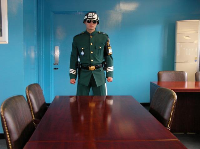 d. 軍事停戦委員会本会議場の中(1)
