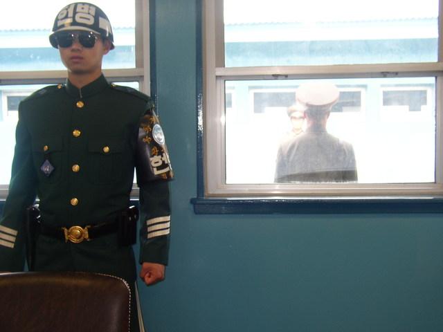 e. 軍事停戦委員会本会議室の中 2
