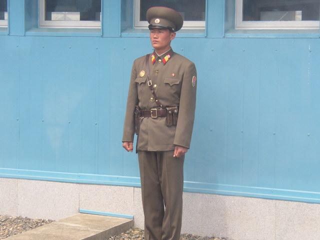 h. 会議場の中から見た北朝鮮兵士(3)