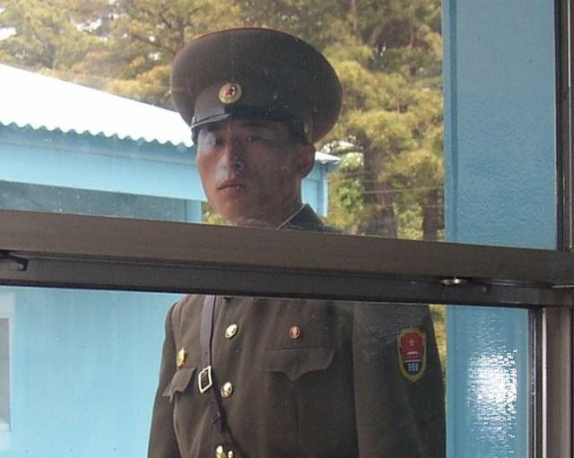 i. 会議場の中から見た北朝鮮兵士(4)